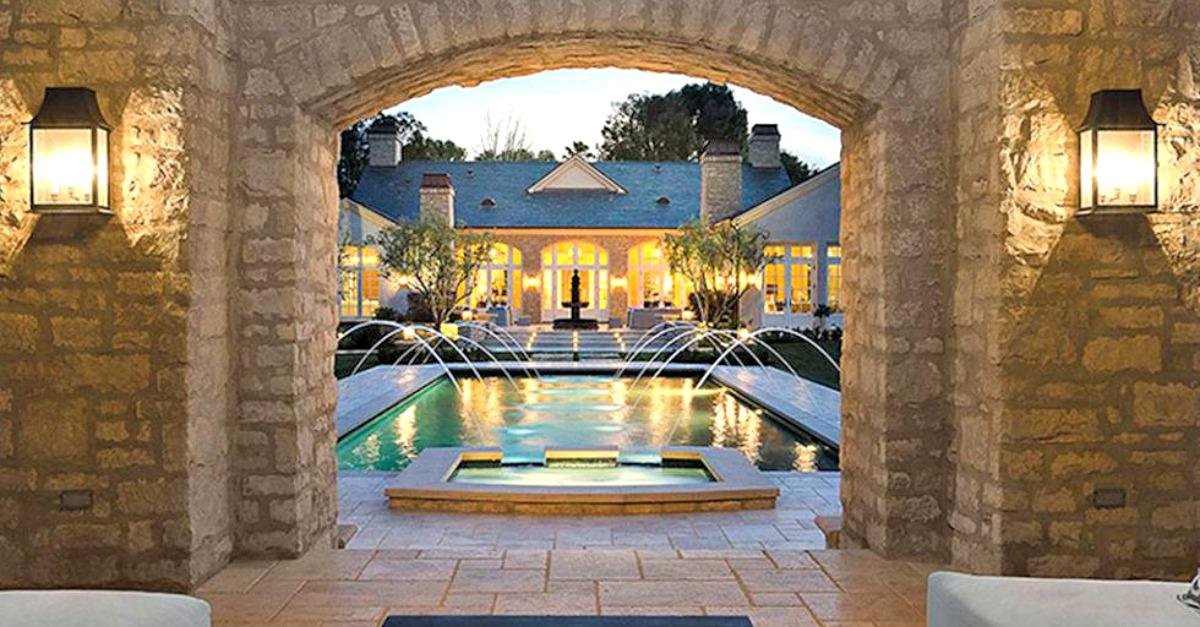 Doppia piscina e vigna in giardino, ecco la casa milionaria di Kanye West e Kim Kardashian
