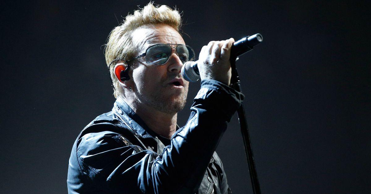 """Gli U2 suonano a Parigi e Bono apre il concerto con un omaggio: """"Stasera siamo tutti parigini"""""""
