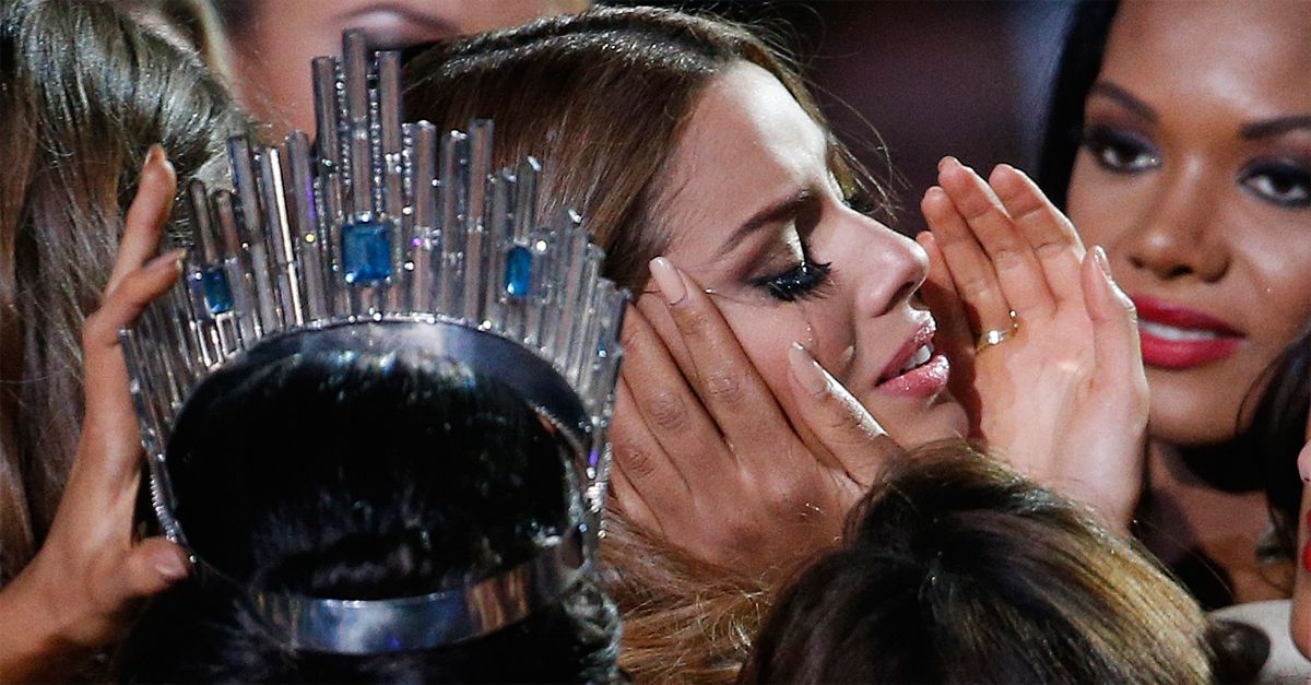 Eletta Miss Universo solo per pochi istanti: è la ragazza sbagliata. La gaffe del conduttore e la reazione della reginetta