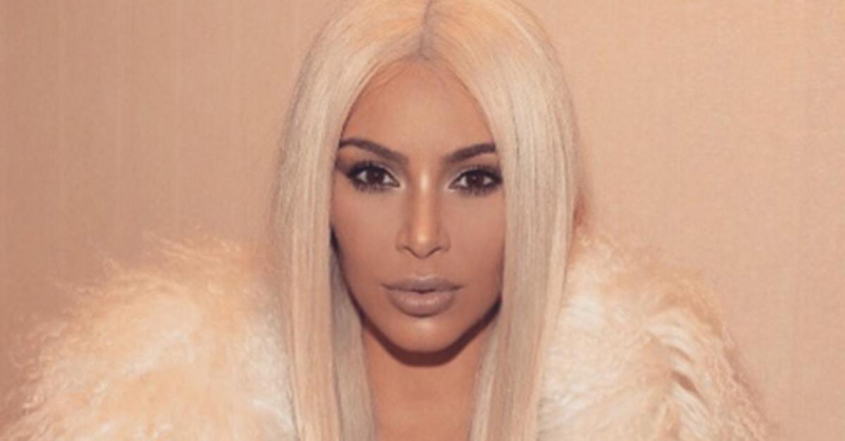 Kim Kardashian è biondissima: ruba la scena al party per il nuovo album di Kanye West