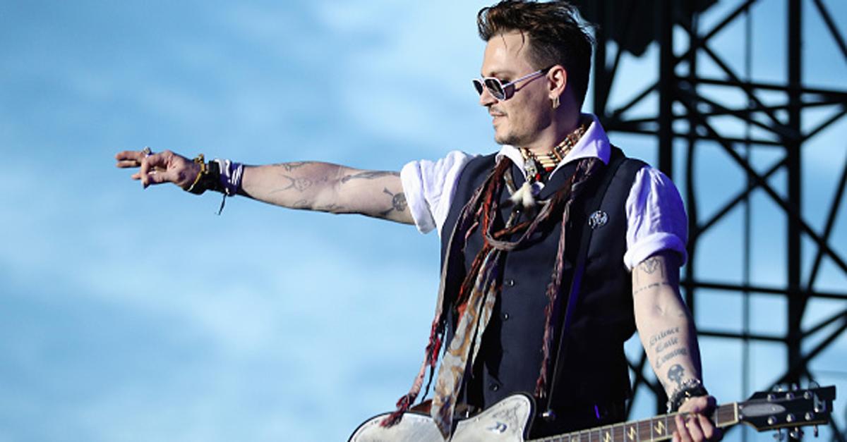 """Johnny Depp cambia il tatuaggio per Amber Heard: là dove c'era """"Slim"""" ora c'è un dispregiativo"""