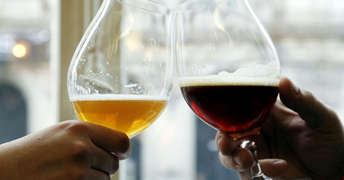 """""""Brindiamo a noi"""", le coppie che bevono insieme durano di più (lo dice la scienza)"""
