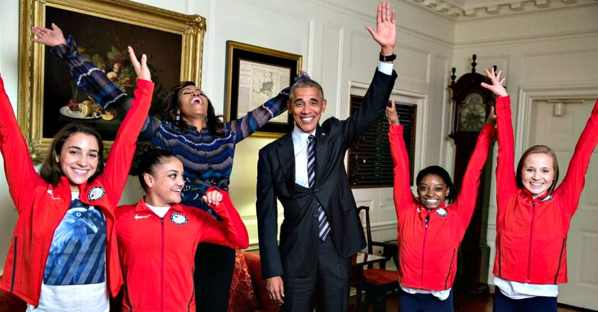 Paura e delirio alla Casa Bianca: arrivano Simone Biles e compagne (e Obama fa la spaccata)