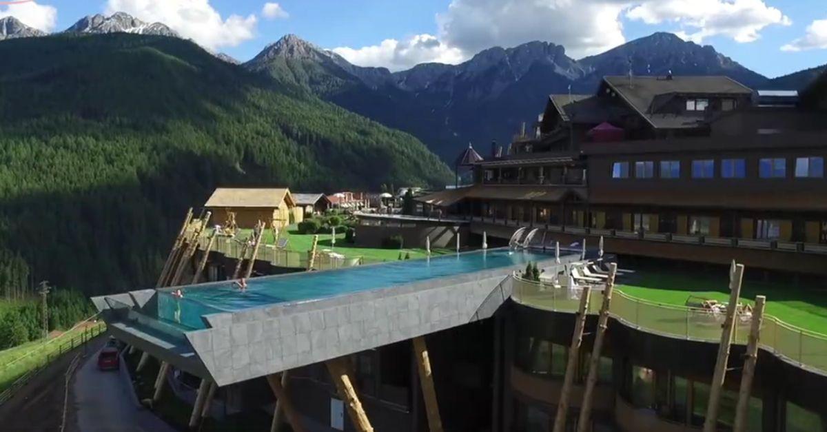 La piscina è da vertigine: nuotata 'nel vuoto' con vista sulle Dolomiti
