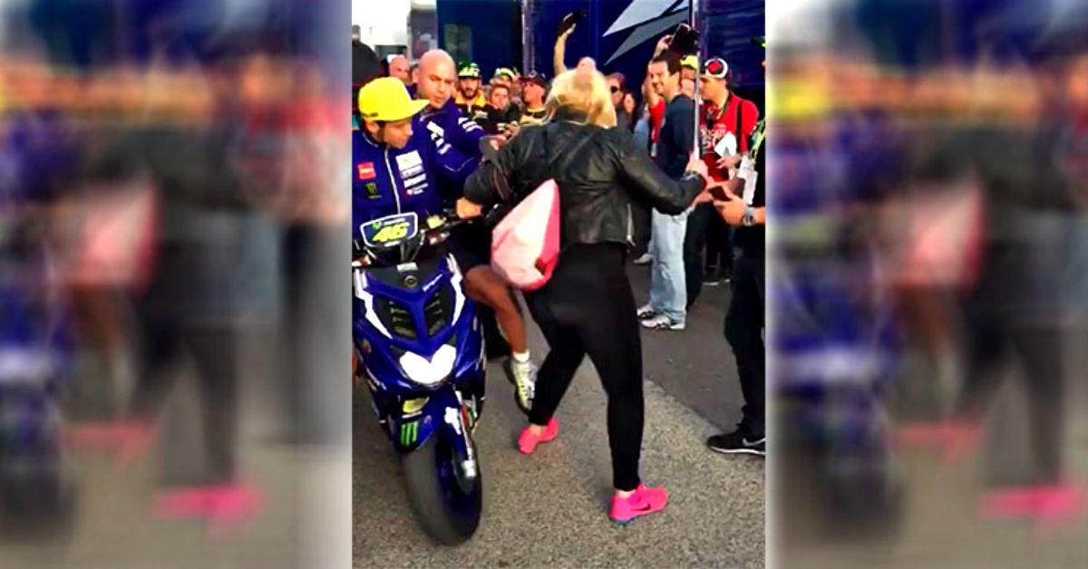 """Valentino Rossi: """"calcio"""" nel paddock alla signora che voleva un selfie"""