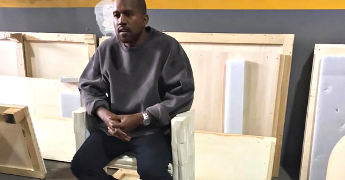 Kanye West: la prima foto dopo il ricovero con i capelli biondo platino