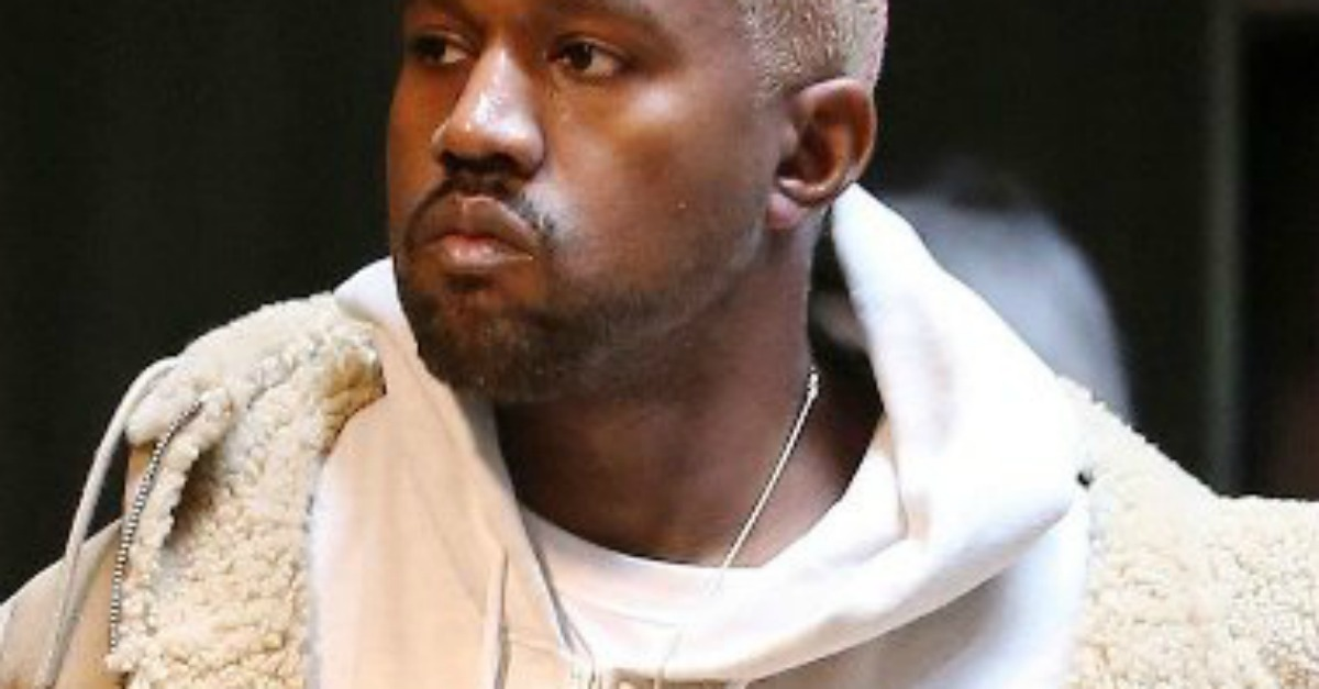 Un tocco di rosa nei capelli di Kanye West: ecco il nuovo look del rapper