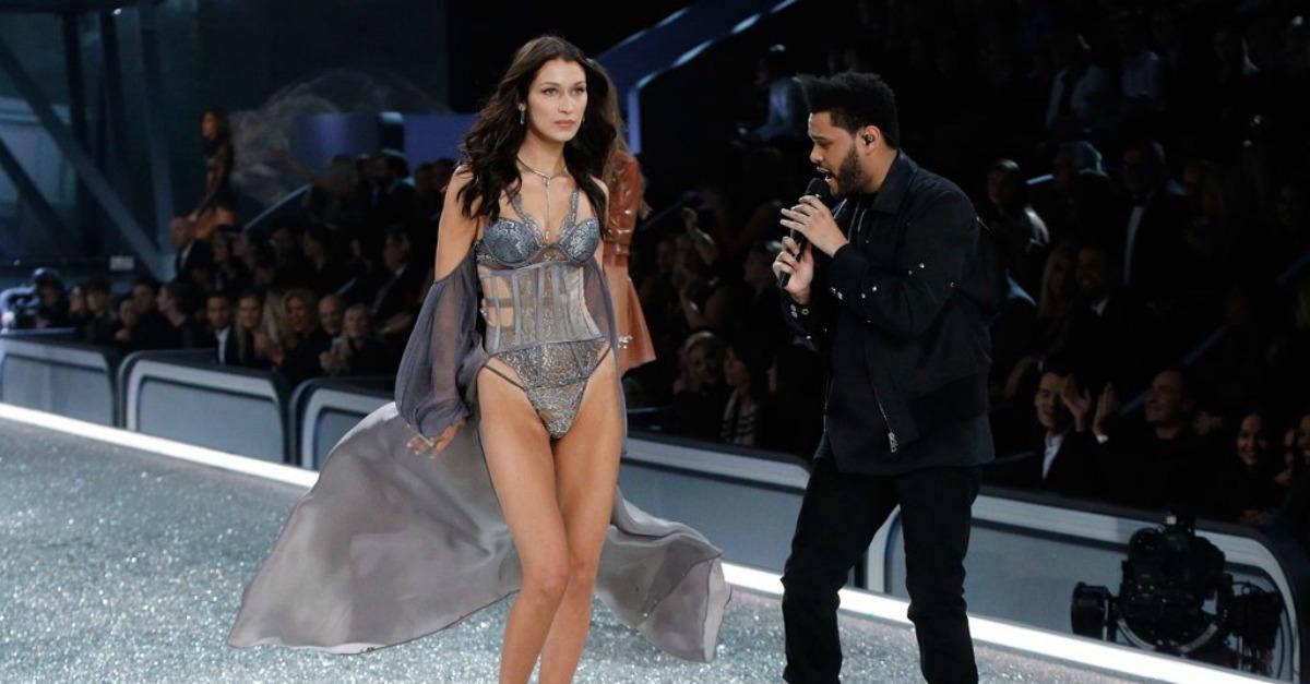 Bella Hadid incrocia l'ex fidanzato in passerella: The Weeknd non le toglie gli occhi di dosso