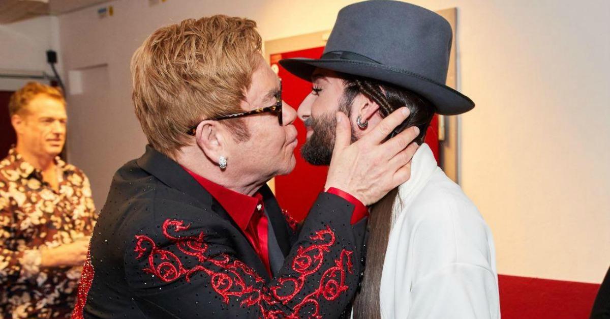 Elton John sorprende Vienna: bacio caloroso con Conchita Wurst
