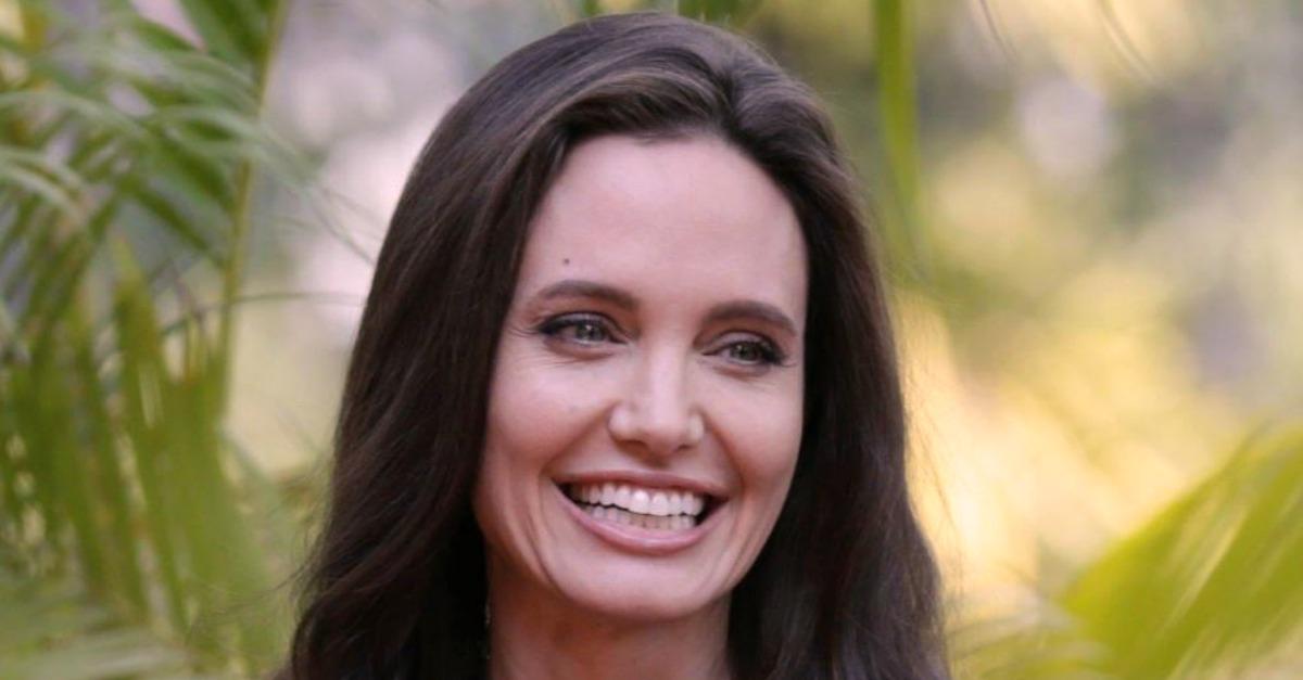 """Angelina Jolie in Cambogia, prima uscita dopo il divorzio: """"Cerco un modo per uscirne più forti"""""""
