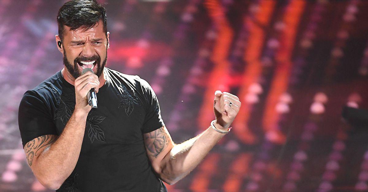 Ricky Martin caliente a Sanremo finisce tutto sudato (e riceve un cucchiaio da Maria)