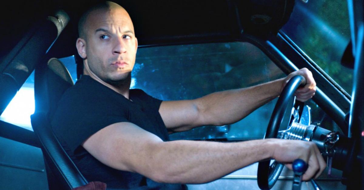 Carri armati, macchine che vengono giù dai palazzi e ragazze in bikini: è il nuovo trailer di Fast & Furious 8