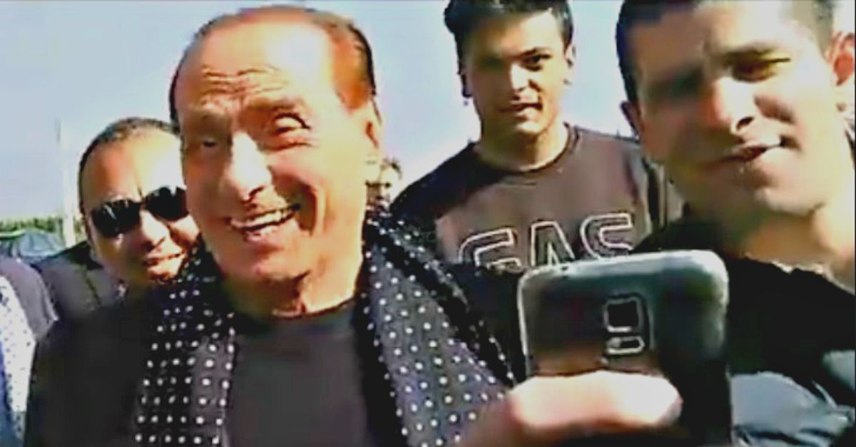 "La nuova barzelletta di Berlusconi: ""Me l'hanno raccontata ieri sera tardi"""