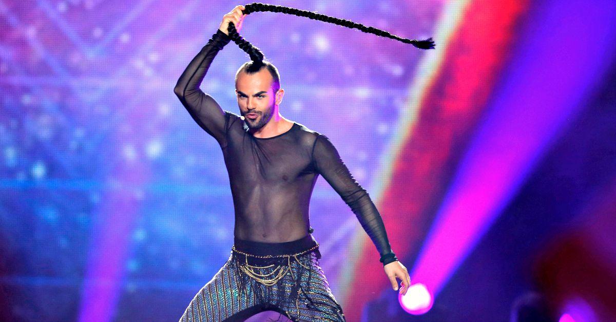 Semifinali Eurovision: il cantante del Montenegro fa l'elicottero con la treccia, eliminato