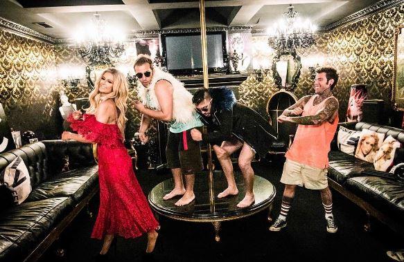Guardaroba Di Paris Hilton.Senza Pagare Il Nuovo Video Di J Ax E Fedez Radio Deejay