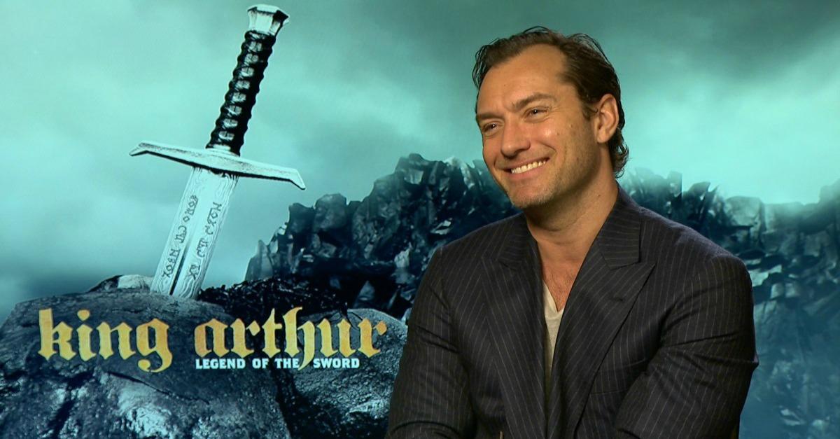 Da giovane papa a re spietato: Jude Law è un cattivo rock in King Arthur di Guy Ritchie