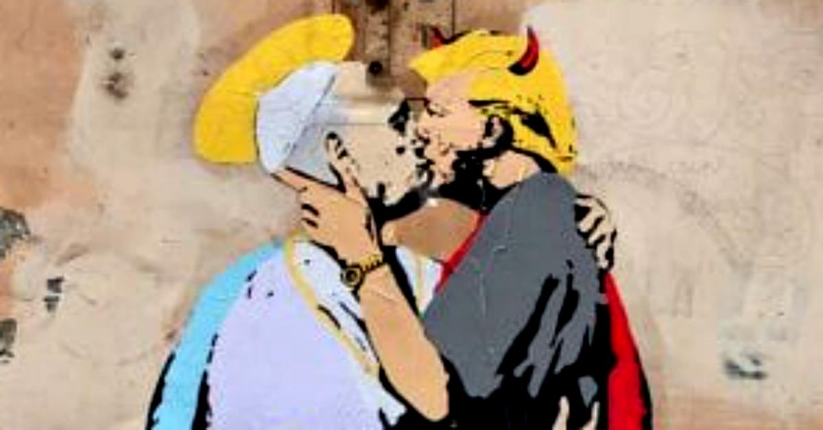 """""""Il diavolo e l'acqua santa"""": il Papa bacia Trump in uno dei due nuovi graffiti comparsi a Roma"""