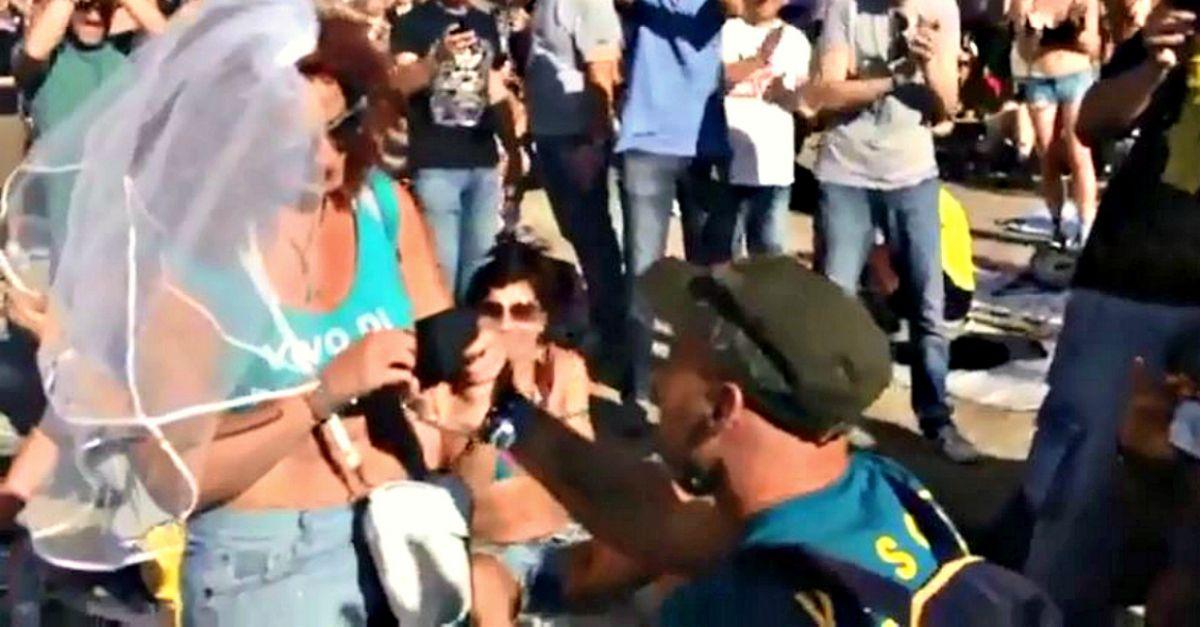 In ginocchio da Vasco: la proposta di matrimonio del fan in mezzo ai 220mila di Modena Park