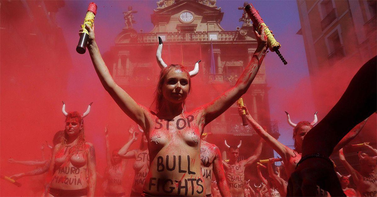 Pamplona. Nudi e tinti di rosso: animalisti in piazza contro la corsa dei tori