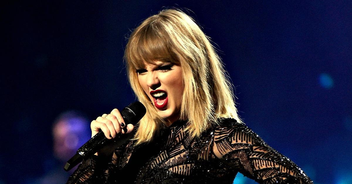 """Taylor Swift annuncia con un serpente l'uscita del nuovo disco """"Reputation"""""""