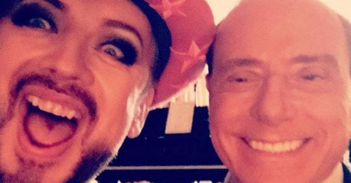Boy George scatta un selfie con Berlusconi e la cosa più bella sono i commenti alla foto
