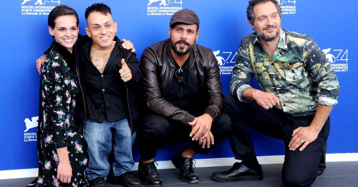 Simoncino sul tappeto rosso a Venezia presenta la commedia scorretta sui ladri disabili