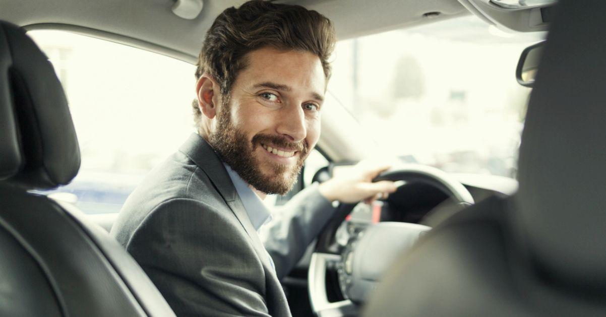 Aprire la portiera al passeggero è solo l'inizio: le 5 regole del galateo in automobile