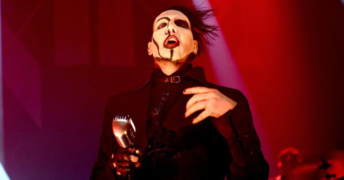 Marilyn Manson ferito dal crollo di una scenografia: cancellati i prossimi concerti