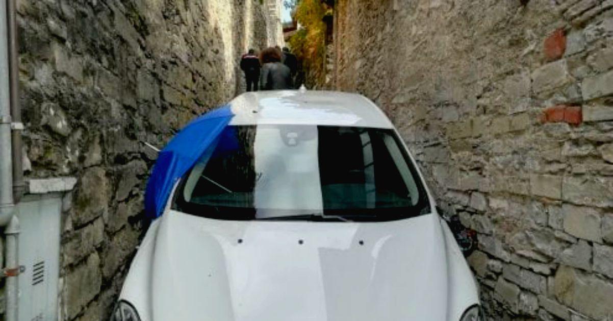 Como, tradito dal navigatore resta incastrato nel vicolo con l'auto nuova