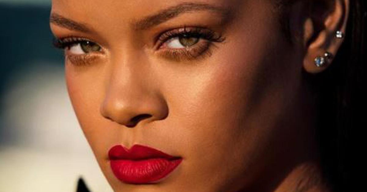 Rihanna presenta il suo nuovo rossetto rosso con questo tutorial hot