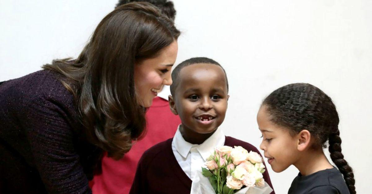 Kate Middleton, il bimbo ruba la scena alla duchessa in visita al centro di accoglienza