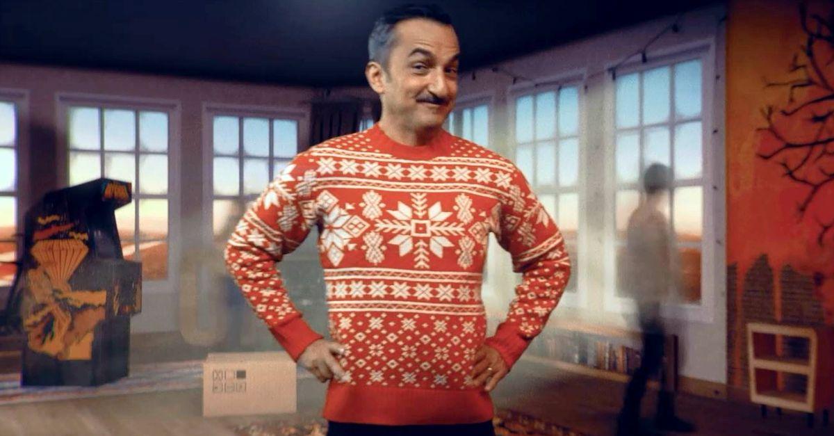 5 maglioni brutti nel video della canzone di Natale: ecco dove trovarli