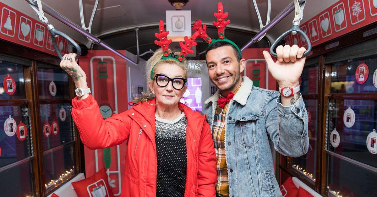 La Pina e Diego fanno cantare Milano con il karaoke di Natale sul tram