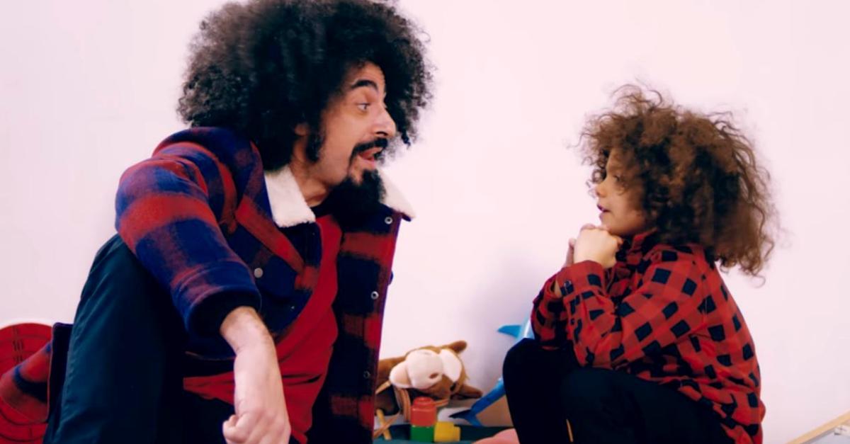 """Caparezza spiega la scena col bambino: """"Quelli sono i miei giocattoli degli anni '70"""""""