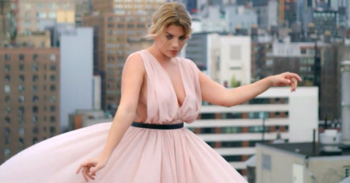 in stock edf91 52f6b I look di Emma Marrone nel video 'L'isola' | Radio Deejay
