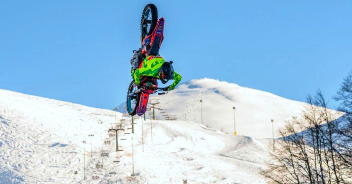 Acrobazie in moto sulla neve delle piste: anche questo è Deejay XMasters