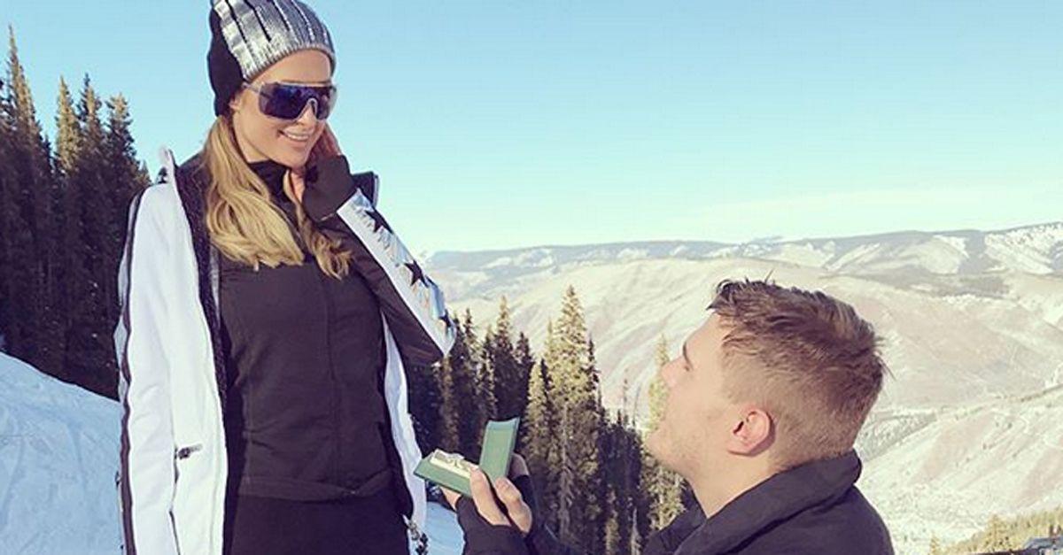 Paris Hilton si sposa. Il video della proposta con un anello da quasi 2 milioni di dollari