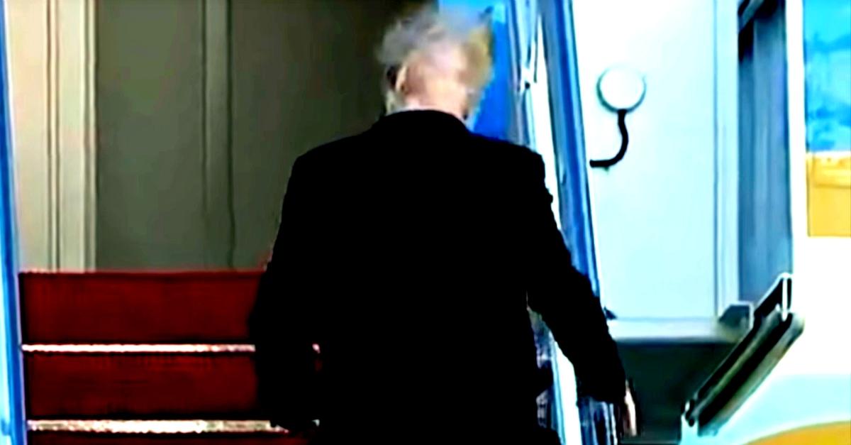 Il vento scopre il segreto di Trump: ecco cosa nasconde sotto la sua pettinatura