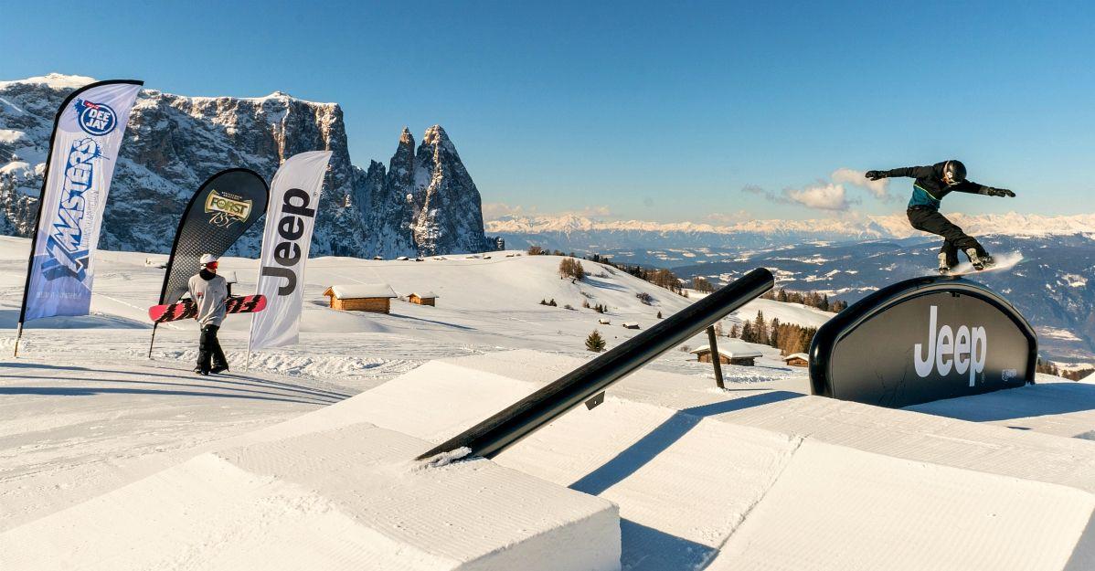 Acrobazie in snowboard fra le Dolomiti dell'Alpe di Siusi. La prossima tappa del Deejay Xmasters vi aspetta a Pila!