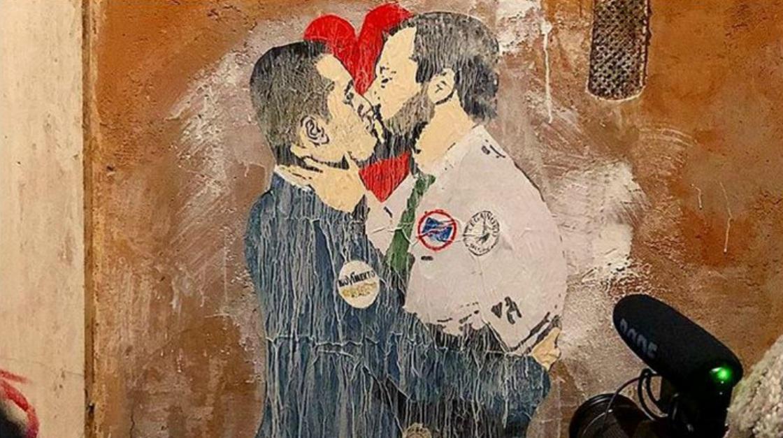 Roma, il bacio tra Salvini e Di Maio: il Banksy italiano racconta così la nostra politica