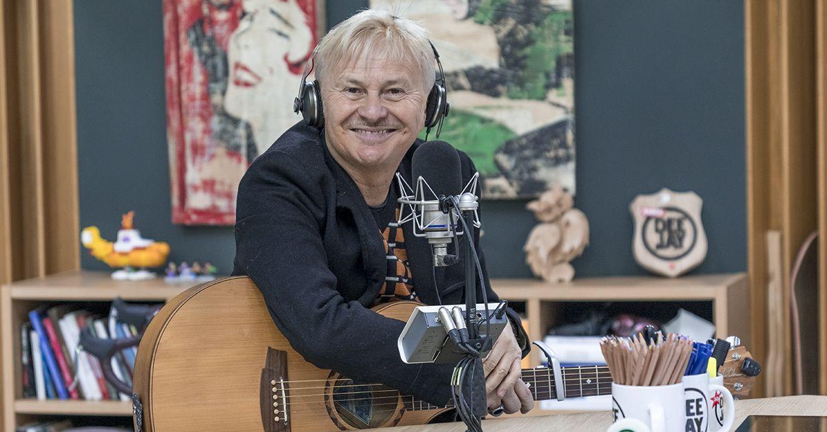 Ron canta Lucio Dalla: 'Futura' live a Deejay chiama Italia