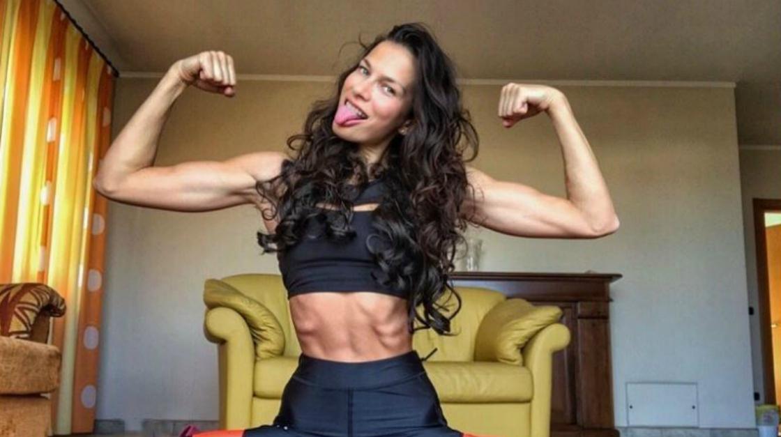 """Sara Cardillo, da modella a fitness influencer: """"Ora posso mangiare la pizza e il fritto"""""""