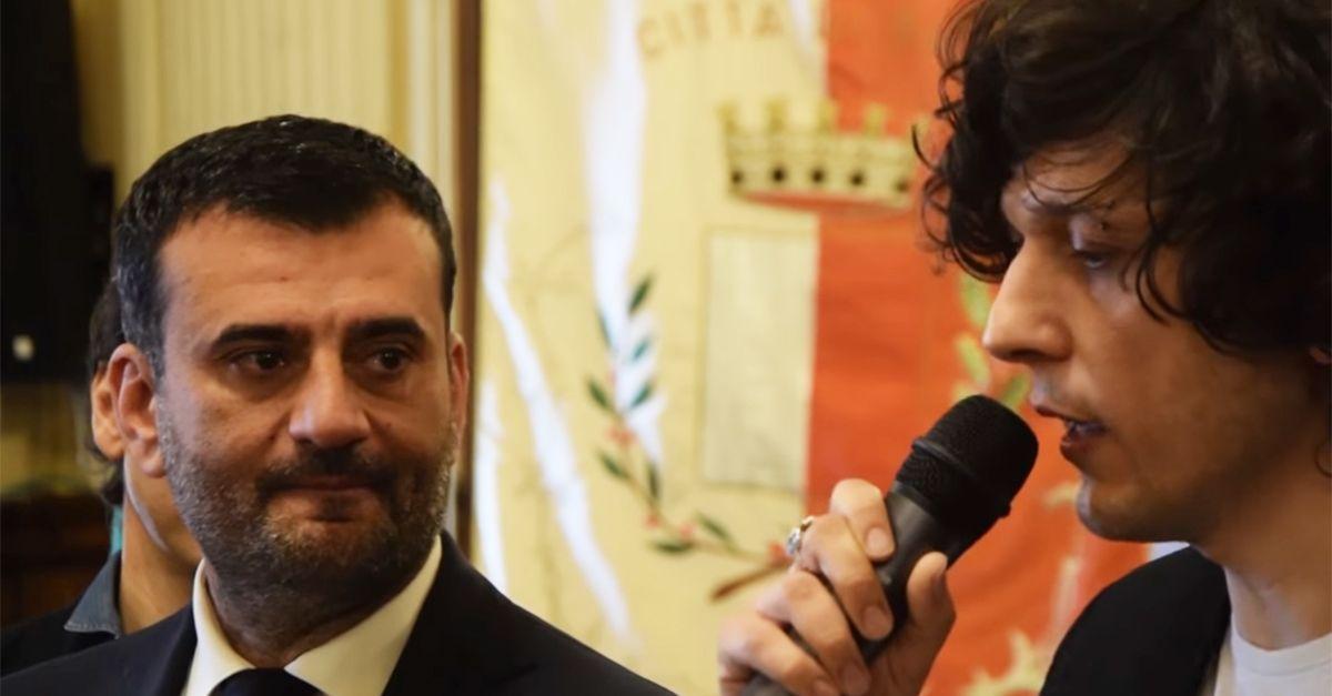 """Ermal Meta riceve le chiavi della città di Bari e racconta i suoi ricordi in dialetto """"Qui ho imparato a sognare"""""""