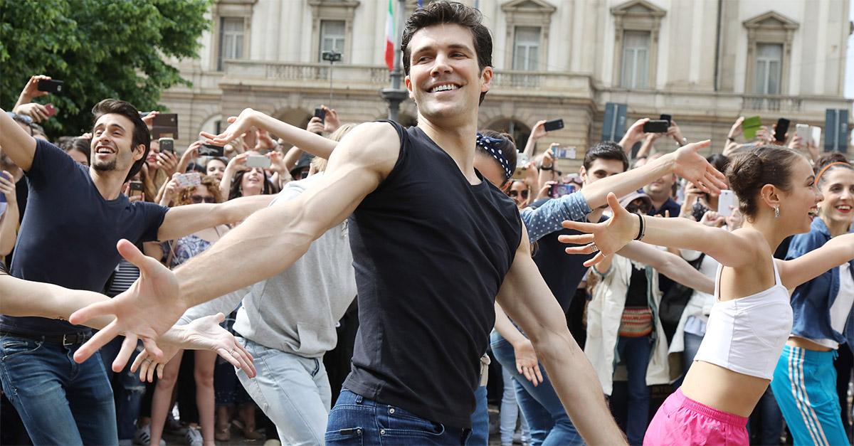 Milano. Roberto Bolle danza tra i passanti: il Flash mob in piazza della Scala