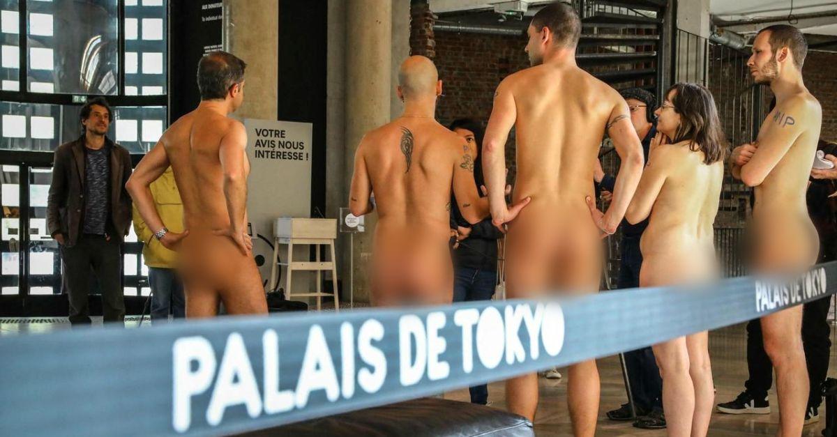 Nudi al museo: la visita dei naturisti al Palais De Tokyo di Parigi