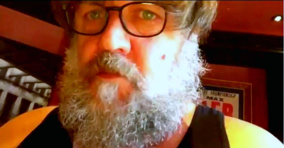 Riconoscete l'attore di Hollywood? Russell Crowe si mostra con la barba folta e i capelli lunghi