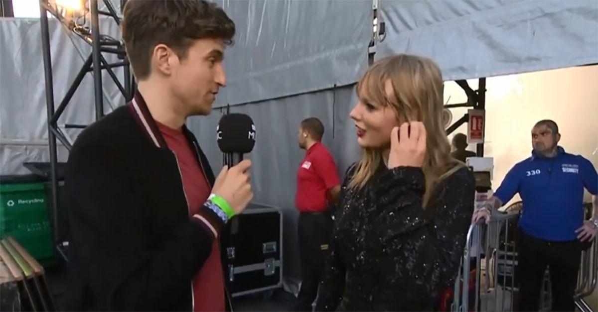 Taylor Swift, il consiglio imbarazzante del giornalista fa il giro del web