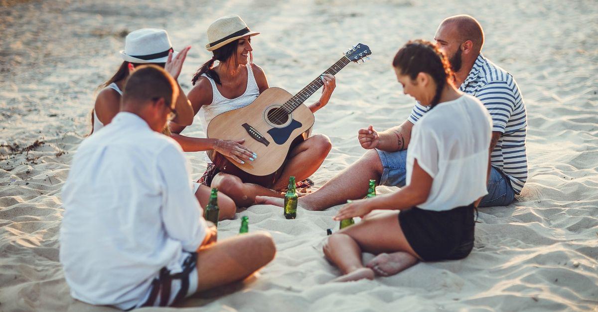 C'è un'app per imparare a suonare la chitarra che paga chiunque sappia insegnarlo