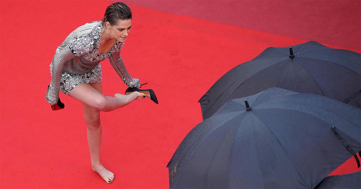 Cannes. Kristen Stewart a piedi nudi sul red carpet: le scarpe sono scomode e le sfila