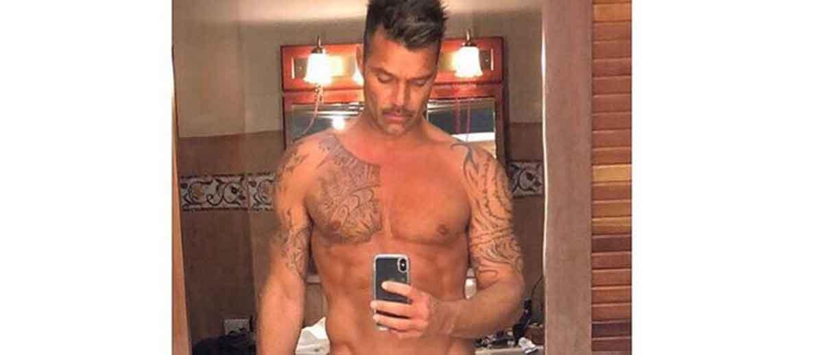 """Ricky Martin a 46 anni mostra il suo corpo perfetto """"Uno spettacolo della natura"""""""